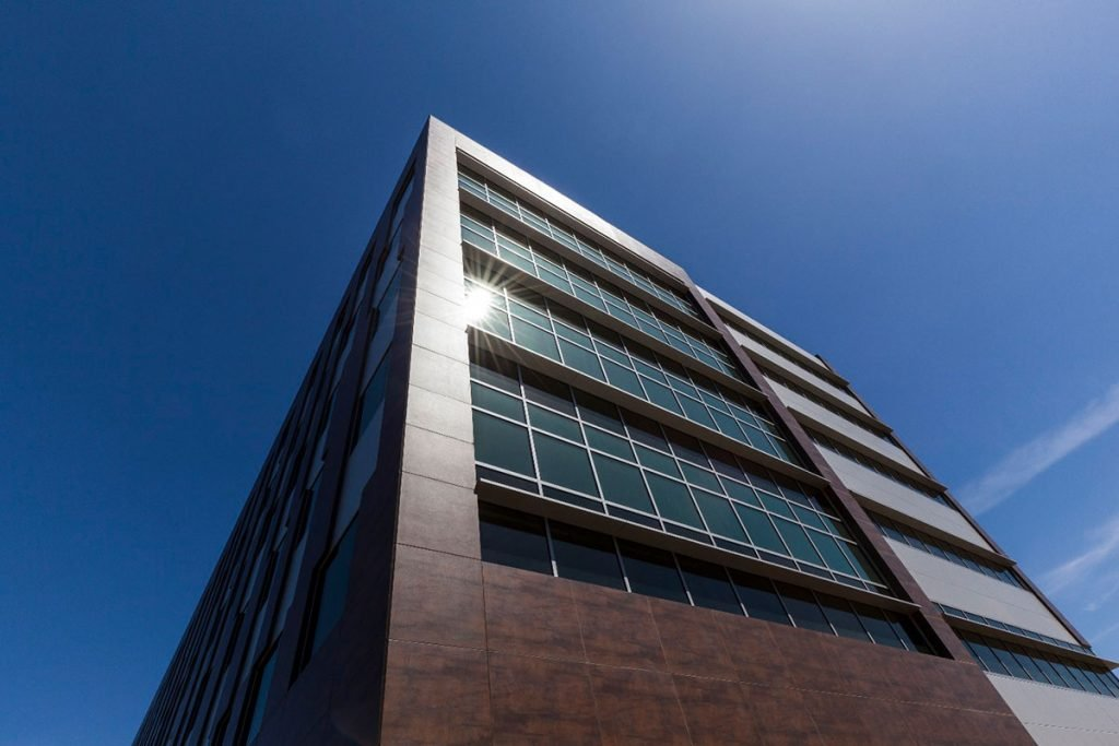 Neolith façade using PURETI for an anti-pollution surface